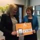 Jose Jacobs overhandigd cheque aan Stichting ALS namens collega's van/en Priva