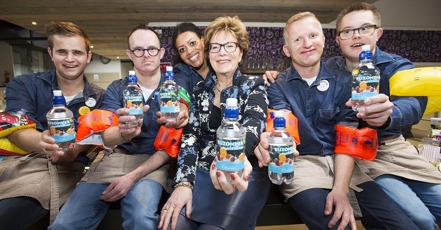 De Lier - 23-03-2018: Marga de Goeij en medewerkers Lunchroom Bijzonder met de flesjes Leewater. Foto: Jacques Zorgman (cop. vrij)